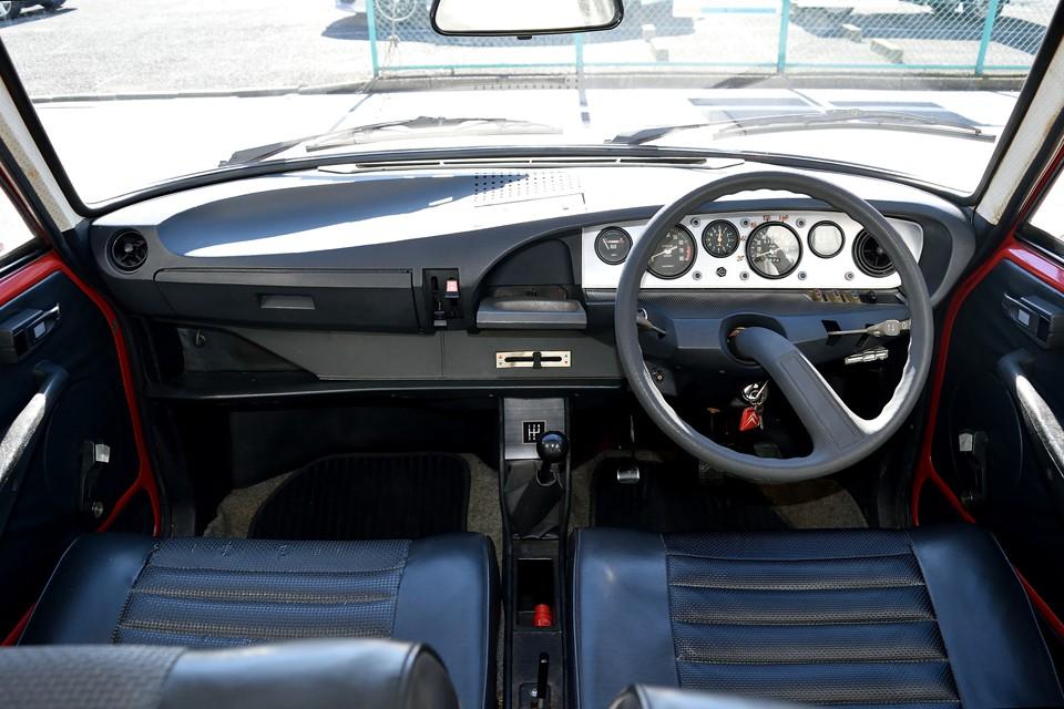GSが発売されたのが1970年・・・今から47年も前なのに、このデザイン・・・視認性バツグンの1本スポークのハンドル!現代車と比べても引けを取らない美しい曲線を描くダッシュパネル!シトロエンがシトロエンたる所以かと・・・。