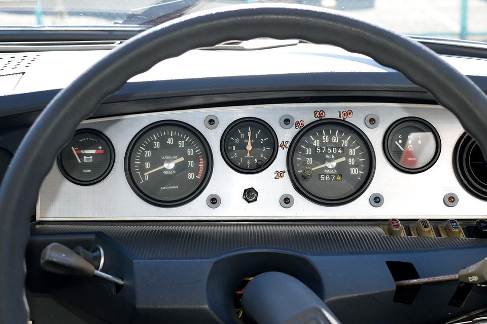 右ハンドル車の場合はボビンメーターでは無く、この丸メーターになります。単位はマイル表示ですが、内側に小さくkm表示もあります。また、現在オドメーターはご覧の距離ですが、中古並行車ですし、5桁メーターのため走行不明とさせていただきました。