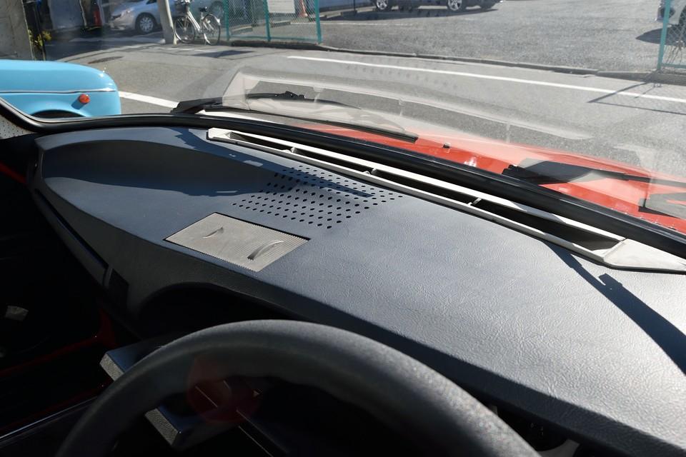 美しい曲線を描くダッシュパネル!旧車には付き物のヒビ割れや表皮の剥がれもありません。