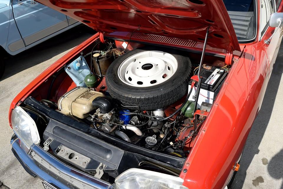 他車とは、少し様相が違うエンジンルーム!空冷なのでエンジン本体は限りなく車体前部に配置され、冷却効率を上げる同時に、直進安定性もUP!スペックは空冷水平対向4気筒SOHC、1015cc、最大出力56PS/6500rpm、最大トルク7.1kgm/3500rpmを発生!車重900kgの軽量ボディには十分なパワーなのです!