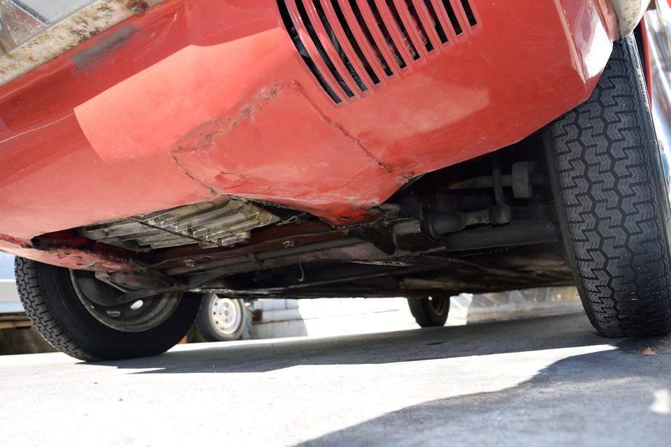 エンジン下面。ガリキズが付いたり、そこからサビてしまう事の多いアンダースポイラーですが、やはりキズが付いてしまったのでしょうか、一部溶接での補修跡があります。普段はほとんど見えないところですが、塗装もされてシッカリとした補修がされています。
