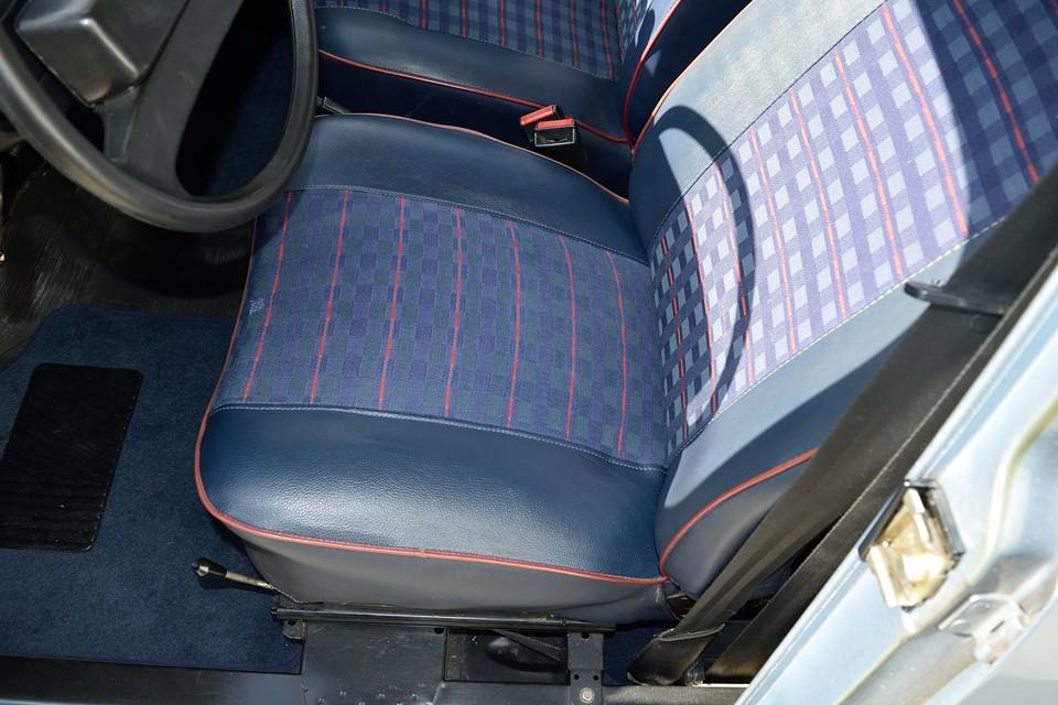運転席の座面は張替られているようです。表生地だけでは無く、中のウレタンも補修されているので、座り心地も☆☆☆☆☆!