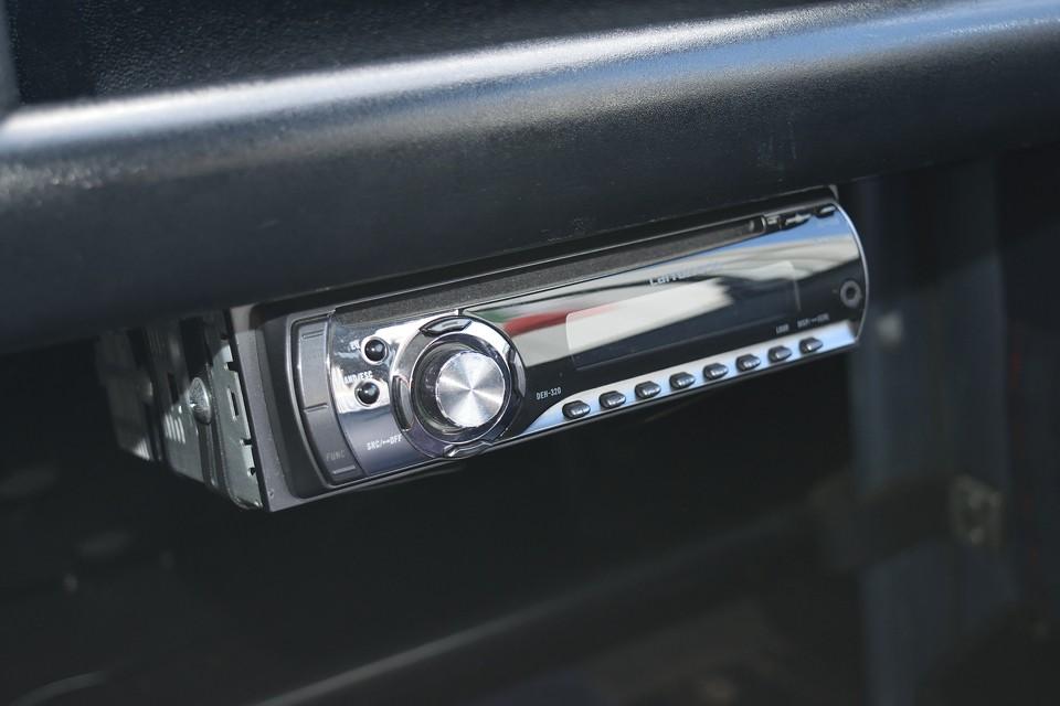 旧車でもやはり音楽は欠かせないのです!オーディオやスピーカー設置のスペースに困るキャトルですが、これは見事に設置済!CDデッキは外部入力付のカロッツェリア製です。