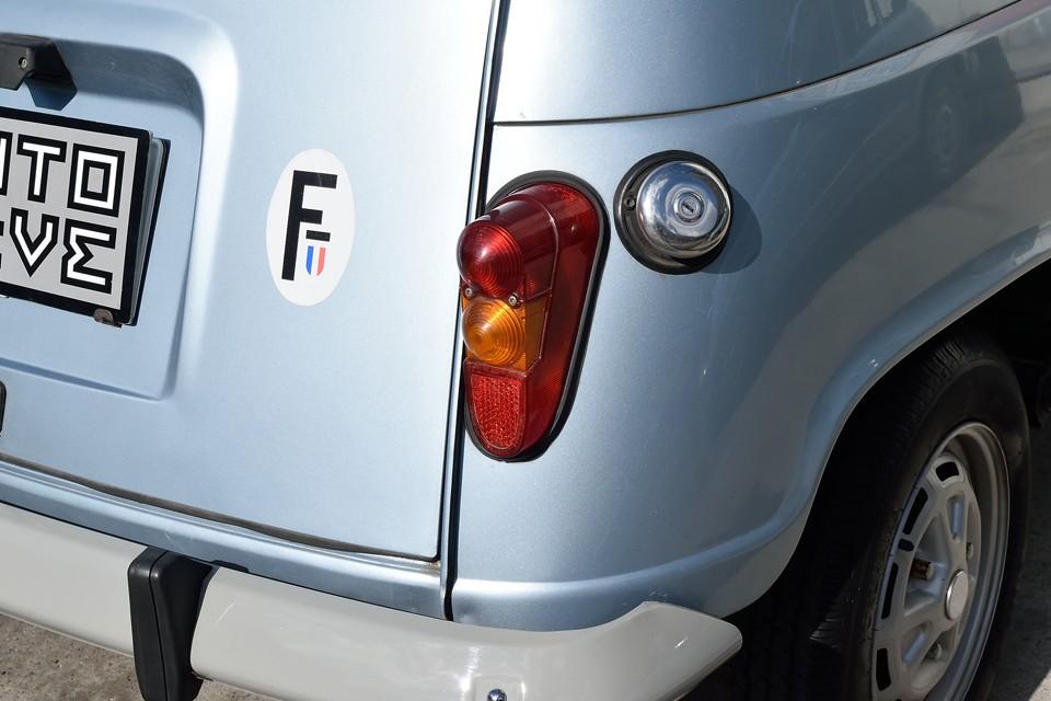 特徴的なリアレンズも色褪せや割れはありません!燃料キャップはクロム製のものに交換されています。