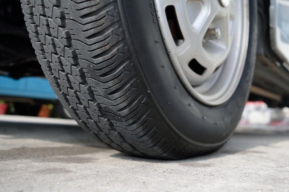 タイヤは少し古いようですが、ヒビは見受けられません。残溝は7分山というところでしょうか。当分交換の必要はなさそうですね。
