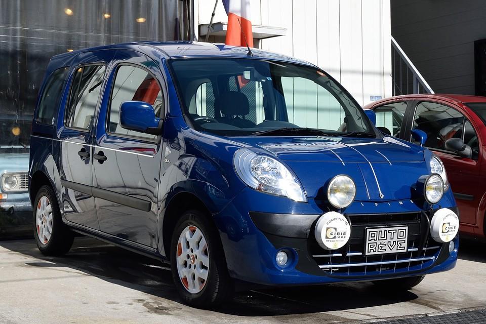 2011(平成23)年式 ルノーカングー1.6MT!なんだこれはぁ~!只者ではないぞぉ~!そう、あの往年の名車『アルピーヌA110』へのオマージュを込めた逸品なのです!