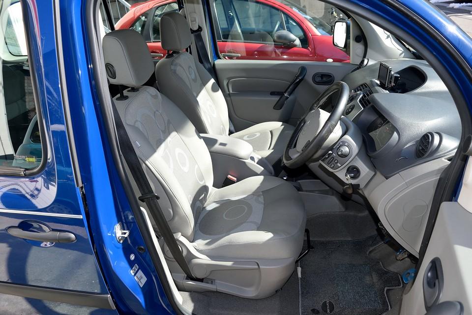 フランス車らしいテキスタイルデザインのシート!もちろん、フランス車ですから、タップリ、フワフワァ~!の、「あのシート」です。
