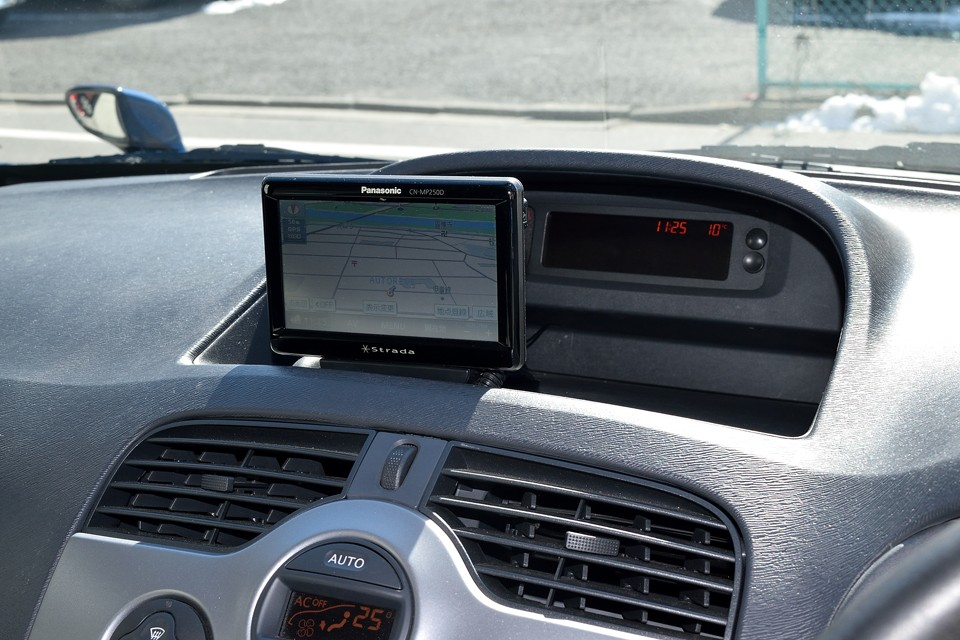 使いやすいパナソニック製ポータブルナビを装備!運転席から見ると、ご覧の通りの絶妙な位置に設置されています。