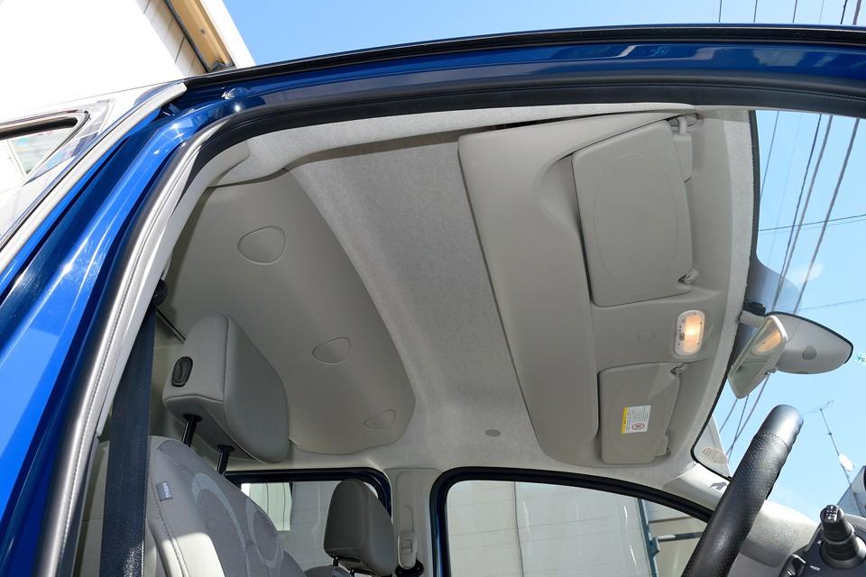 天張りももちろんご覧の通り!タバコやペットの嫌な臭いもありません!運転席頭上にはご覧の小物・・・いえ、大物入れも装備!