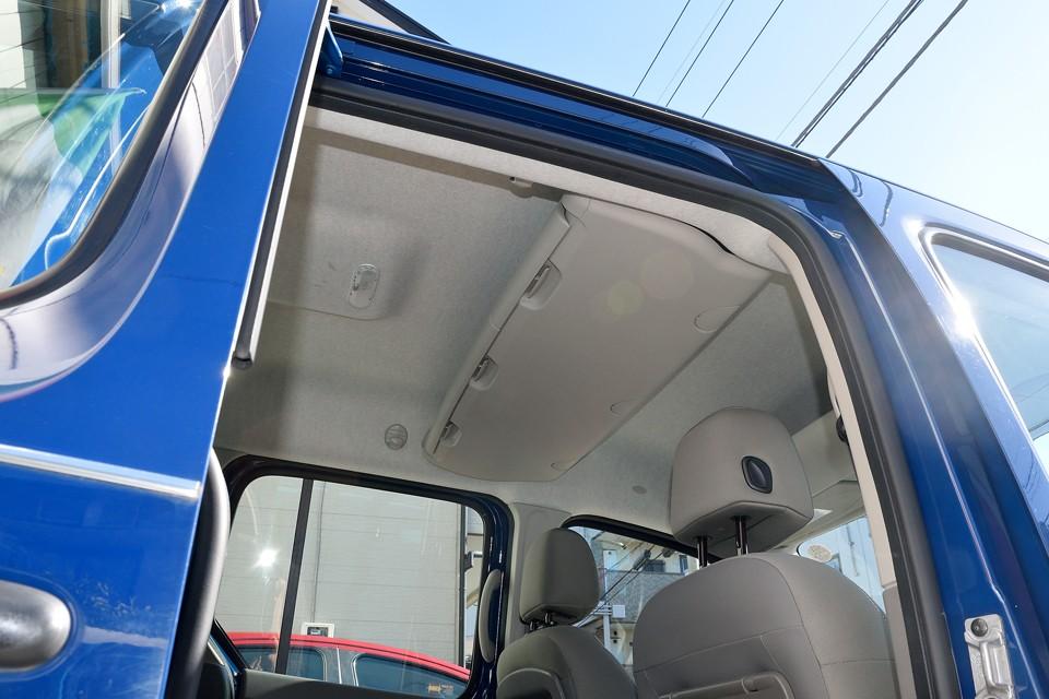 更にリアシート頭上にも大物入れ!コレだけ収納があれば車内もスッキリするはず!本当に片付くかどうかは、あとは貴方次第?!