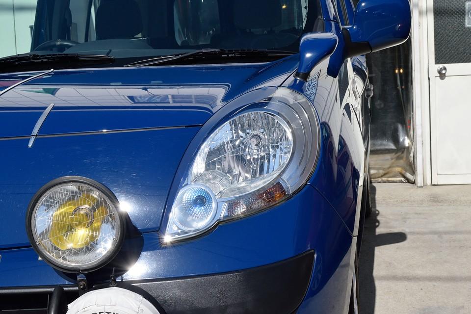 特徴的な涙型のヘッドライトも、くもりは無くクリアー!ヘッドライト中央よりのブルーのカッティングシートでより、「キリッ」とした印象に!これ意外と効果的!