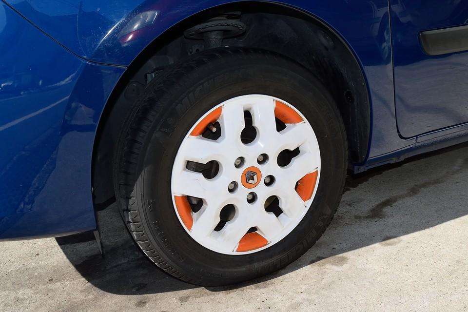 さすがにホイールをA110と同じものというわけにもいかないので・・・それでも特徴的なデザインのルノー純正、カングーイマージュ用のアルミホイールを白/オレンジでカラーリングして存在感のある足元に!A110にもオレンジのホイールってありましたからね。ちなみにオレンジ部はカッティングシートなので、少し剥がれかかっているところもあります。