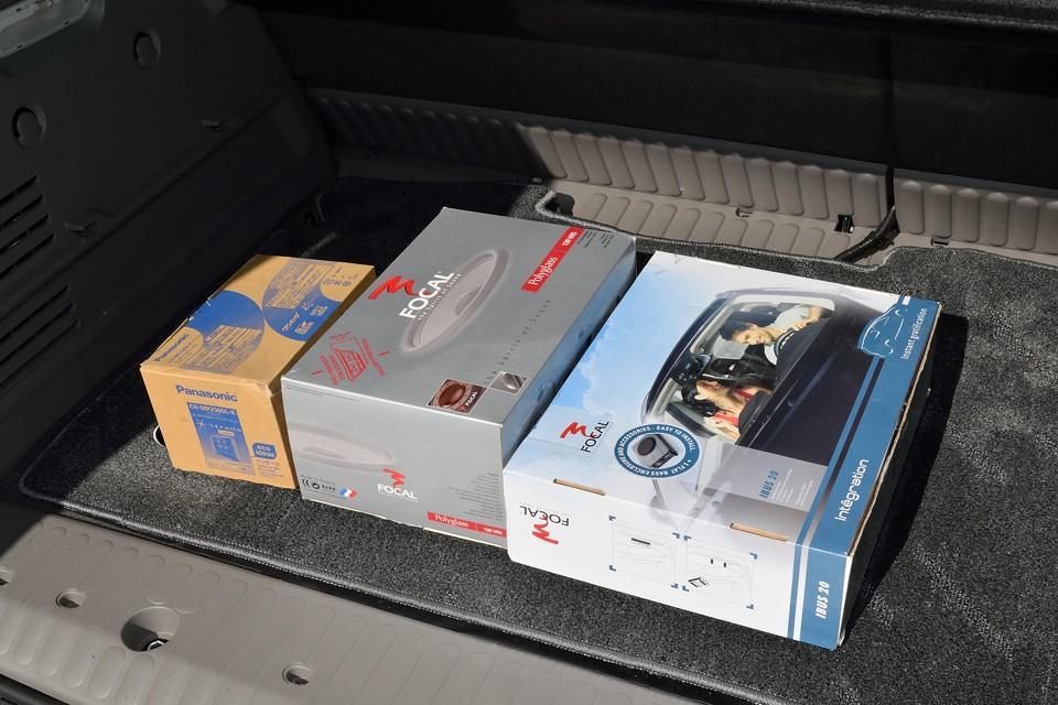 トランクに積んである箱は、ナビ(マニュアル類入り)、ウーハー、フロントスピーカー&ツイーター(ノーマルフロントスピーカー入り)の元箱です。