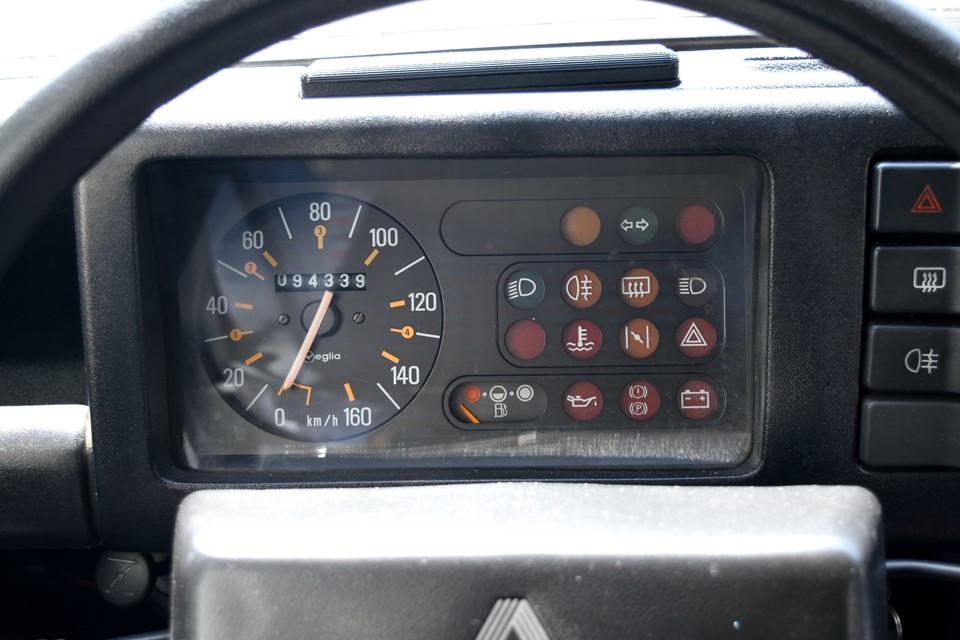 実走行9.4万km!キャトルとしては少ない方ですね。なので、このボディのしっかり感!エンジンの調子の良さ!なのです。