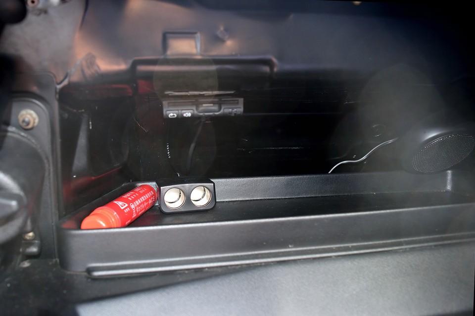 助手席前の物入れスペースにETC、シガーソケットを装備!キャトルはもともとシガーソケットが無いので、これはうれしいですね。