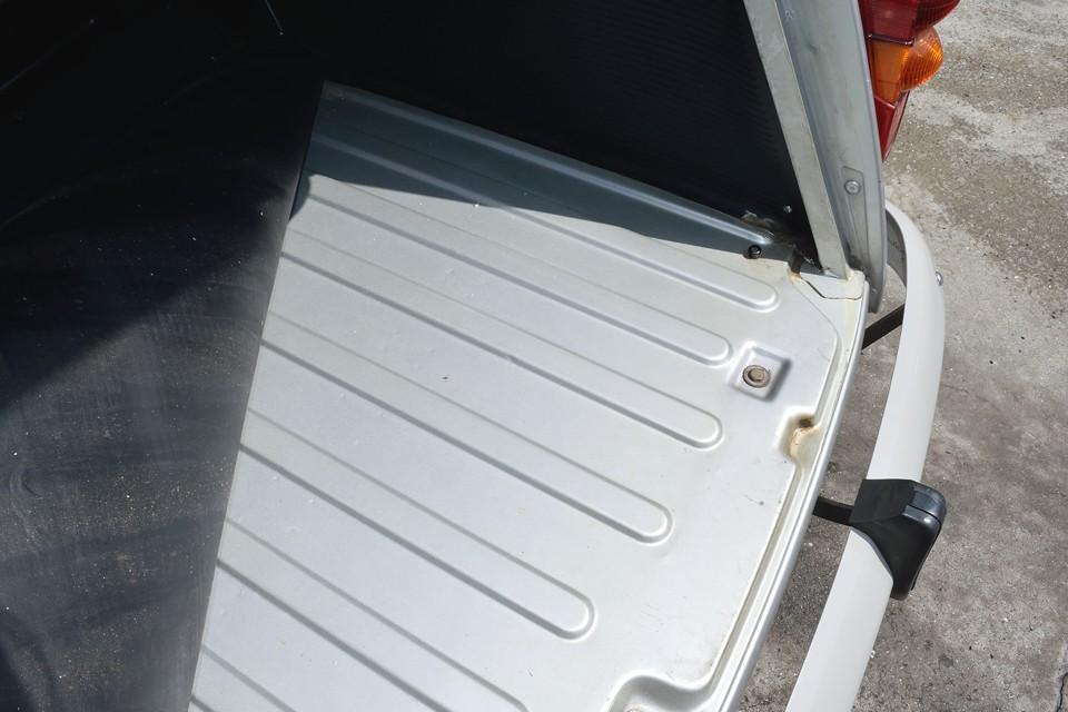 トランク床面もこの通り!修復跡はもちろん、酷いサビが無いのもお分かりいただけるかと・・・。