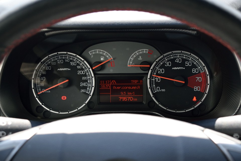 実走行8.0万km!新車ワンオーナーで、過去の整備記録7枚はすべてディーラーによるもの!機関好調なのも納得です。それから、忘れちゃいけないタイミングベルトですが、ご成約いただきましたら、一式交換サービスさせていただきますので、ご安心を!