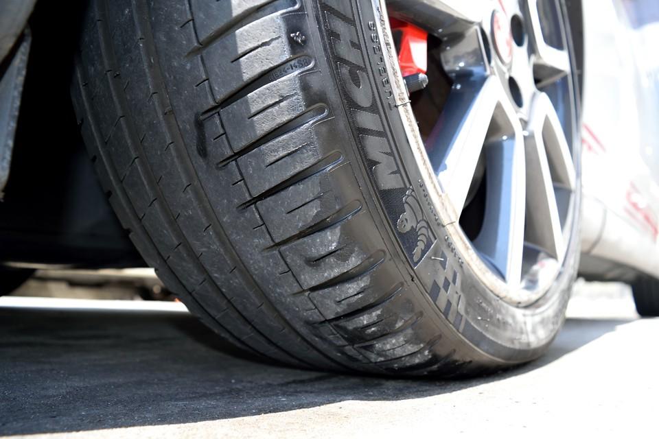 タイヤはミシュランの高性能タイヤPilotSport3、サイズは215/45R17、残溝は6分山というところでしょうか。暫くは交換の必要は無さそうです。