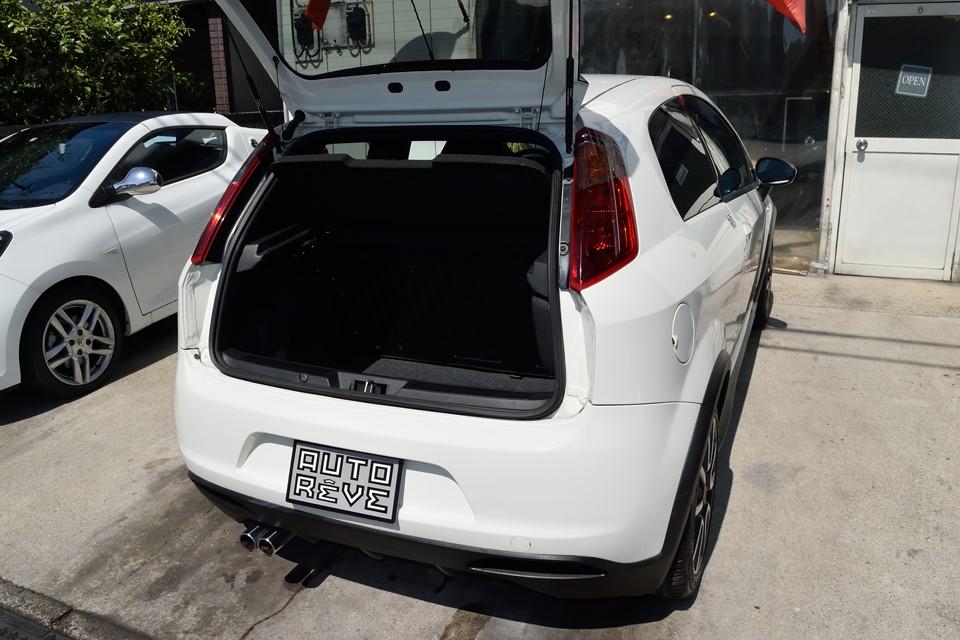 ボディ剛性を考えたボディ構造のせいでしょうか、トランクの開口部は少し狭いですが、容量はタップリ!