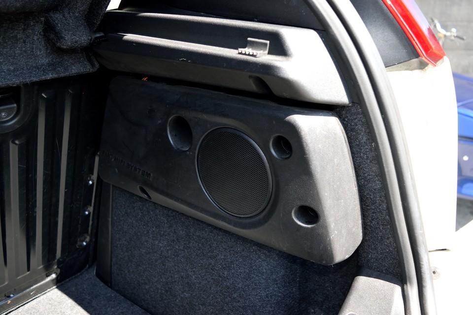 トランクには純正でご覧のウーハーも装備!音楽環境はこれでバッチリ!トランクスペースを犠牲にしない巧みな造りも◎!
