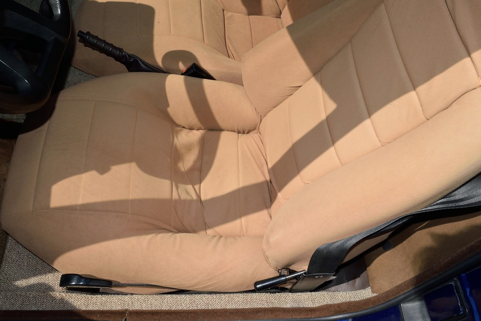 一番傷みやすいドライバーズシートでこの状態です。想像以上に?!フニャフニャですが、座り心地は見た目と違って柔らか~!これもやっぱり、おフランスならでは!