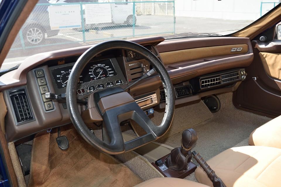 この時代のフランス車によくあるブラウン系で統一されたダッシュパネル。内張りもブラウン系で、外観とは違って、かなり落ち着いた雰囲気のインテリアです。