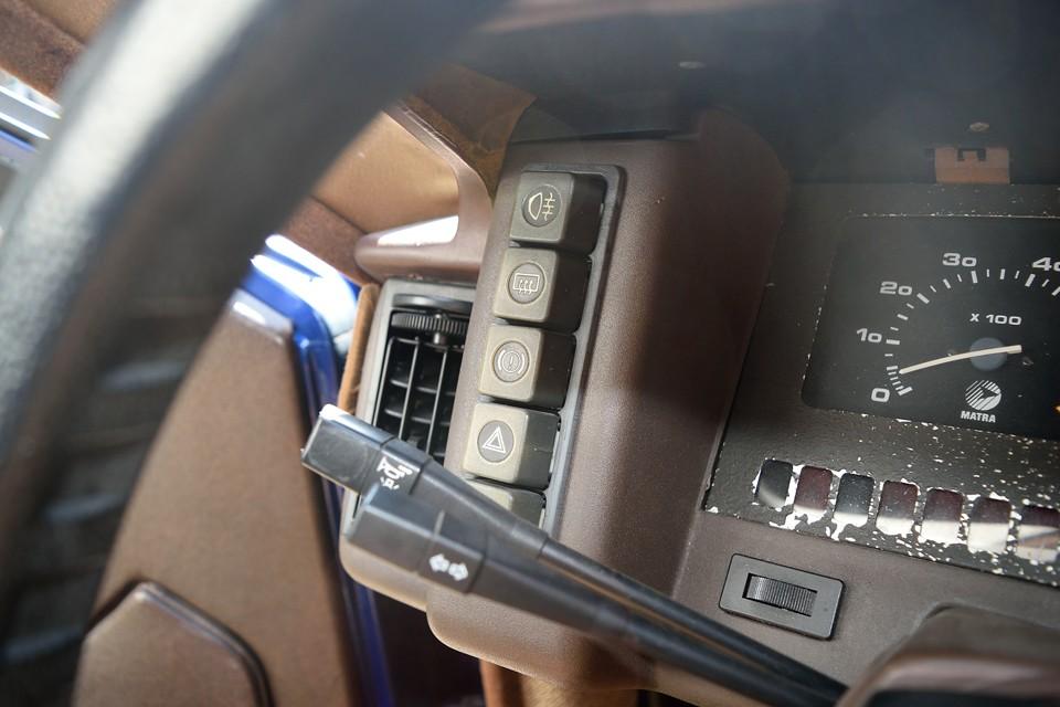 インパネ横に整然と並べられた各種操作スイッチは、かなり機能的!