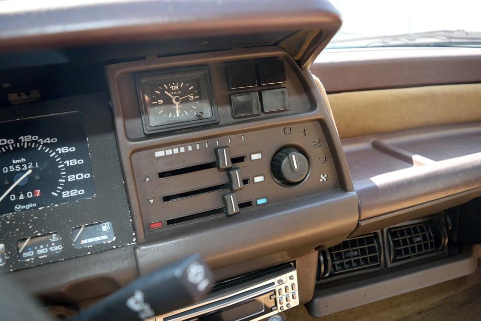 ドライバーが姿勢を変えず、手を伸ばせば届くところに、すべての操作系が配置されています。