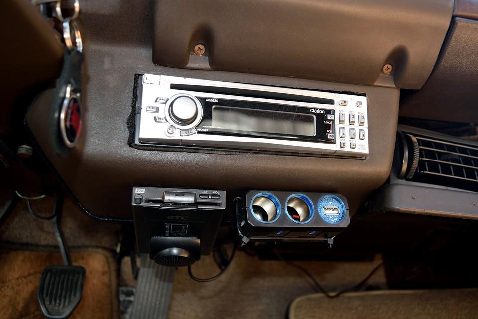 オーディオ、ETC、増設シガーソケットも装備!現オーナー様が日常的にお乗りだった証!もはや必須装備ですもんね。