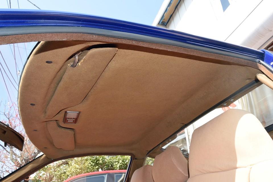 天張りは布ではなく、旧車には良くある、厚紙を圧縮した様な素材で成型されています。経年での汚れはそれなりにありますが、破れやタレはありません。