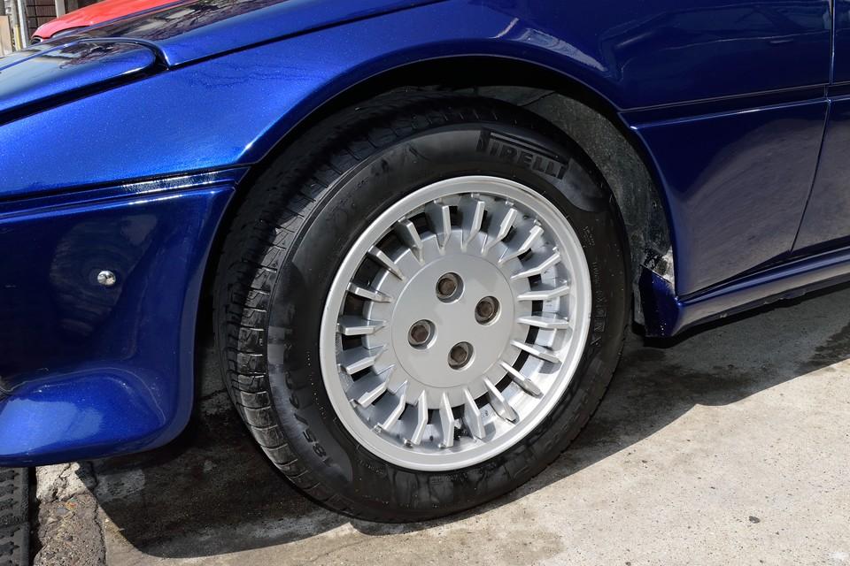ブレーキの放熱も考えられたデザインの純正アルミホイール。ボディとのマッチングもかなり良いのではないかと・・・。