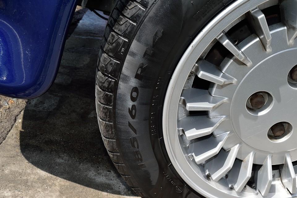 フロントタイヤサイズは185/60R14、現在ピレリP1を装着しています。