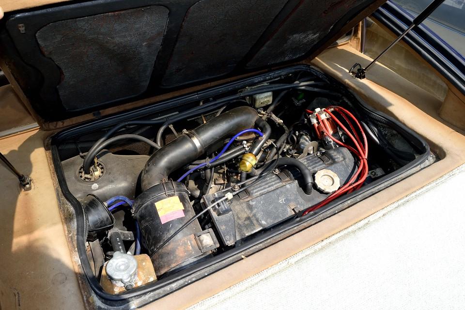 リアミッドに搭載されるエンジンは、当時のマトラのフラッグシップモデル、タゴーラ用のものを搭載。これはシムカ設計による直列4気筒SOHC2156ccで、118馬力を発生!車重1080kgのミッドシップ車には十分過ぎるパワー!