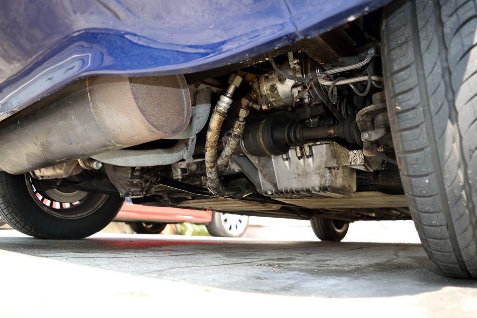エンジン下面。酷いサビ、オイル漏れ等無いのがお判りいただけるかと・・・。ボディパネルはFRPですからサビの心配は不要ですし、スチールの骨格部分には亜鉛メッキが施されているので、酷いサビも見受けられません。