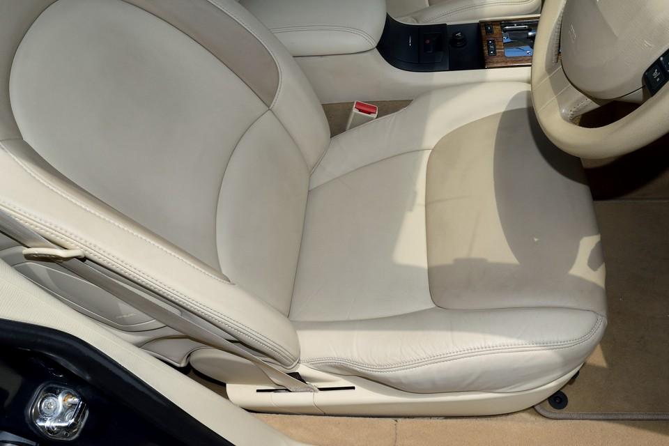 外装同様、内装も目立つ汚れも無く、程度はかなり良いと思いますが、運転席にはもちろん若干の使用感はあります。でも、目立つスレやヘタリは無く、乗り心地を損なうような事はありません。