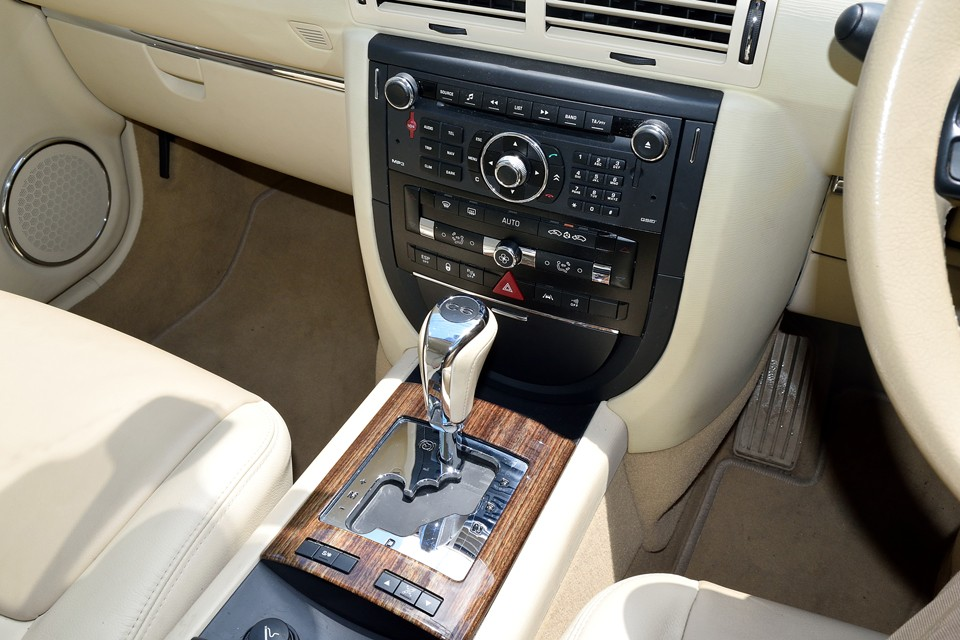 整然とレイアウトされた、空調、オーディオ関連のスイッチ。輸入車には珍しくドリンクホルダーも装備されています。普段は格納されていますが、オーディオ左右の縦長の金属部を押すとドリンクホルダーが出現!