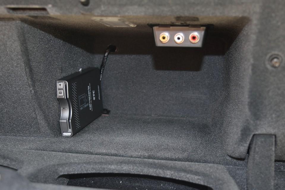 助手席グローブボックス内に、オーディオの外入力端子とETCを装備。音楽プレーヤーを接続しても、しまって置けるので、車内はスッキリ!