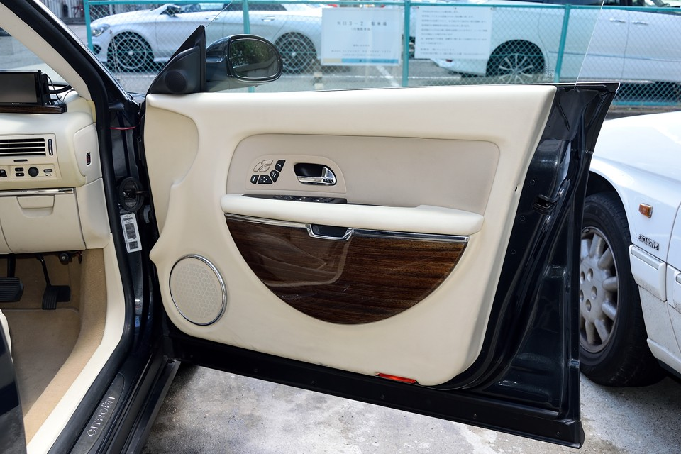 ドア内張りも、とても清潔な印象です。眼を引く半円型のウッド部分は下へスライドさせると物入れに!ドリンクホルダーといい、この収納といい、気の利いた装備は、もはや国産車並み?!