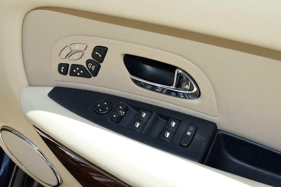 使用感の出やすい運転席ドアの操作部分です。目立つキズや汚れが無いのがお判りいただけるかと・・・。