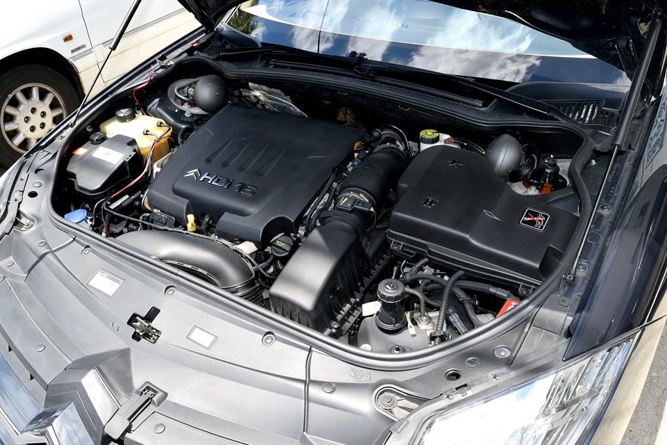 直列4気筒、2,179cc、16バルブ、ディーゼルターボエンジン!最大出力173ps(127kW)/4000rpm、最大トルク37.7kg・m(370N・m)/1500rpmを発生!国内モデルのV6、3.0Lが、最大出力215ps(155kW)/6000rpm、最大トルク30.5kg・m(290N・m)/3750rpmですから、そのトルクの太さは圧倒的!