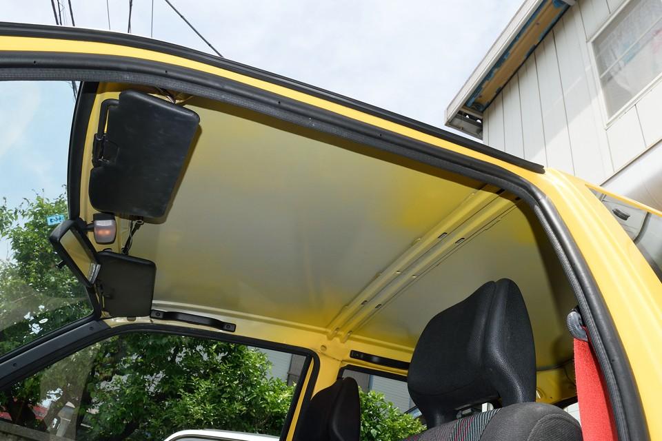 「禁断のフロアカーペット剥がし!」の次は「掟破りの天張り剥がし!」雨の日はうるさいとかは、この際、気にせず・・・それよりちゃんと黄色に塗装しないところが、紛れもなくイタリア~ンなのです!(笑)