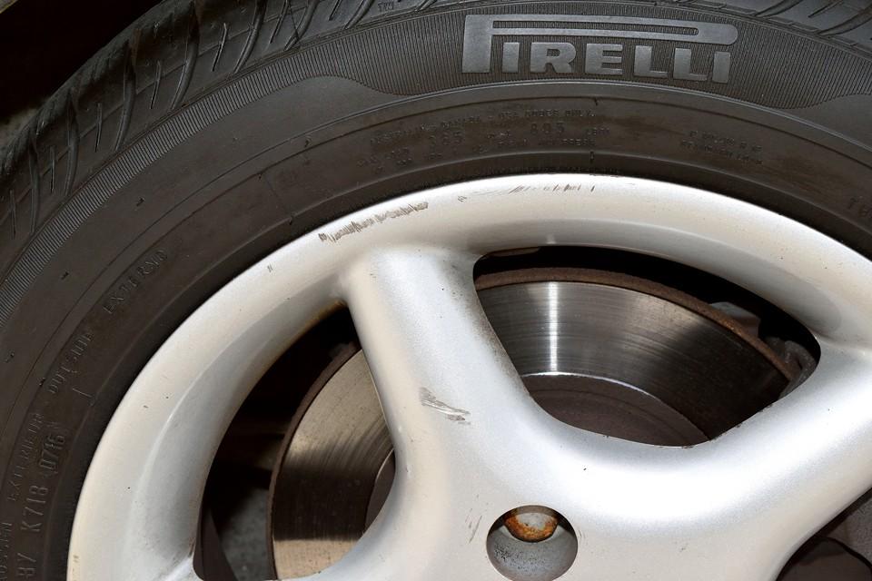 一番目立つガリキズでこの程度・・・むしろ優秀~!それから忘れちゃいけない大事なポイント!タイヤは新品交換後、わずか走行2000kmほど!もちろん銘柄はピレリ!