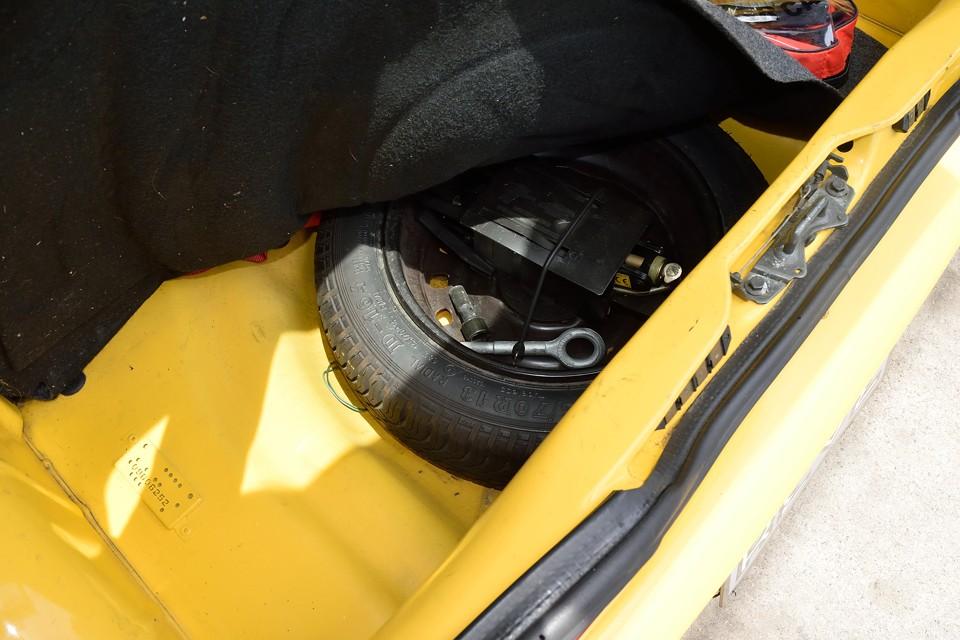 トランクマット下に、スペアタイヤ、工具類を装備。ボディにサビが無いのもお判りいただけるかと・・・。