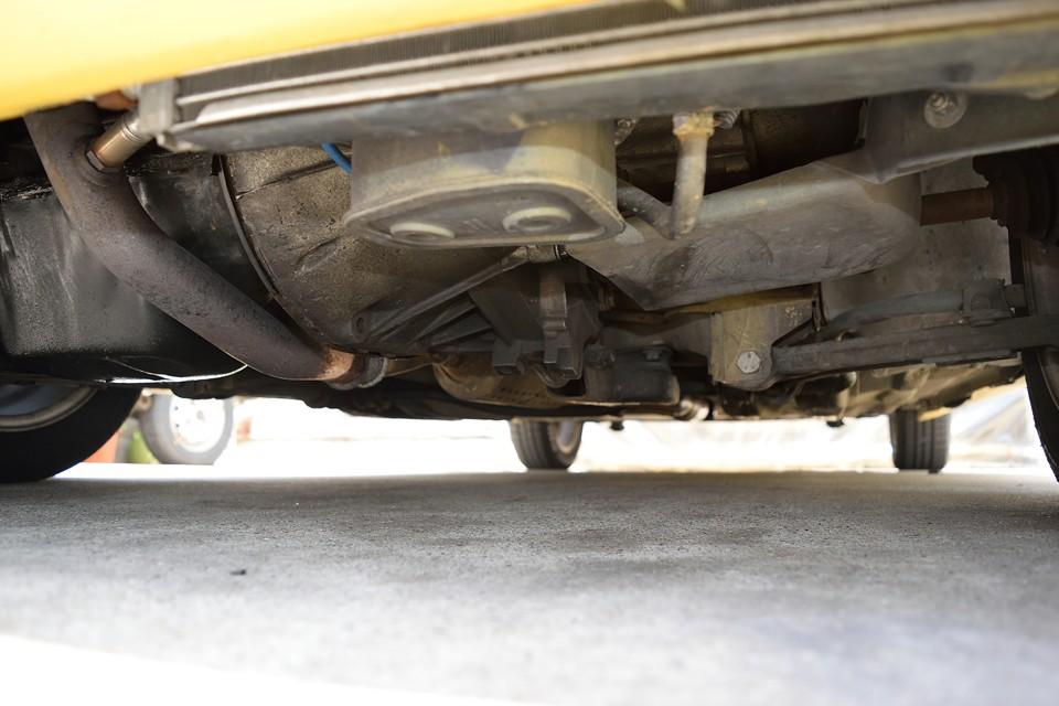 エンジン下部。長年のオイルにじみ跡はありますが、目立つサビもなく、ご安心いただける状態かと・・・。