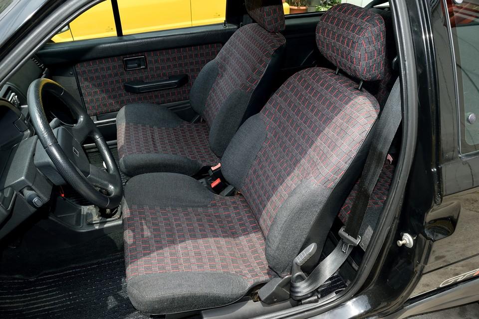 運転席のサイドサポート部に若干のヘタリはどうしてもありますが、他は破れ、スレも見受けられない素晴らしい状態!