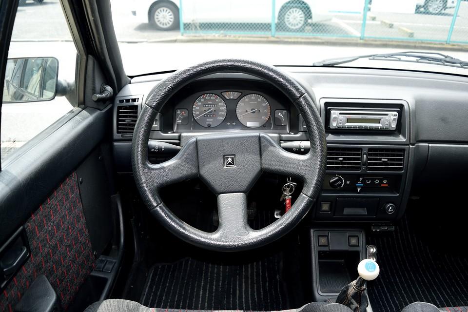 そして、スカットルの低いフランス車独特の視界は、「さぁ、ドライビングを存分に楽しもう!」と言わんばかり!