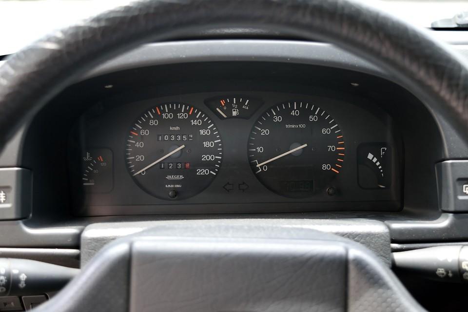 実走行10.3万km!気になるタイベルは・・・って言うか、気になる他の部分も含め、弊社入庫時に、タイミングベルトキット、Wポンプ、サーモスタット、ラジエター本体、ブレーキマスタシリンダー、ブレーキフルード、カップキット、ミッションマウント、バッテリー、これらをすべて新品交換済!更にブレーキキャリパーもOH実施済!・・・勢いで・・・また・・・やってしまいました(苦笑)