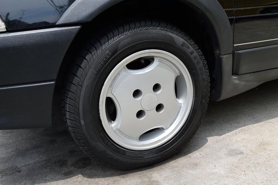 GTi 純正の4穴アルミホイールはガリキズが少し多いですが、タッチアップ済なので、それほど気にならないのではないかと・・・。