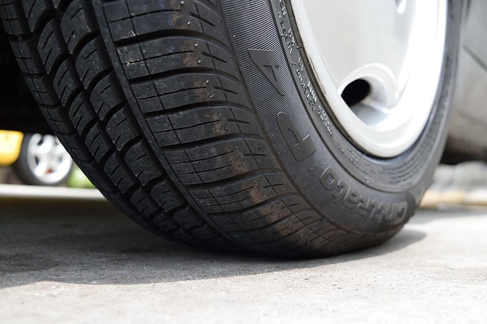 タイヤ残溝は8~9分山とタップリ!少し古いようですが、ヒビは見受けられません。タイヤサイズはノーマルの185/60R13から175/65R13へと変更されています。これ、乗り心地改善&オモステ対策に効果的!前オーナー様・・・解かっていらっしゃる!