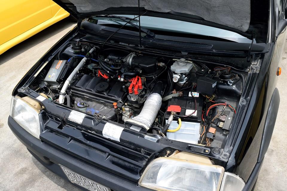 水冷直列4気筒OHC、1360cc、最高出力95ps/6600rpm、最大トルク12.2kg・m/4200rpm を発生するエンジン!非力に思えるかもしれませんが車両重量は、たったの820kgなので、そりゃもうキビキビ走る事、走る事!